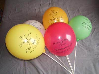 Bedruckte Luftballons der Bonner und Kölner Initiative